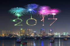 2017 gelukkig Nieuwjaarvuurwerk over Pattaya-strand bij nacht, Thail Royalty-vrije Stock Foto's