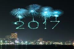 2017 gelukkig Nieuwjaarvuurwerk over Pattaya-strand bij nacht, Thail Stock Foto