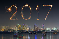 2017 gelukkig Nieuwjaarvuurwerk over Pattaya-strand bij nacht, Thail Stock Foto's