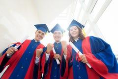 Gelukkig om diploma's te krijgen stock foto