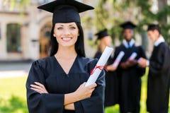 Gelukkig om worden een diploma behaald stock foto
