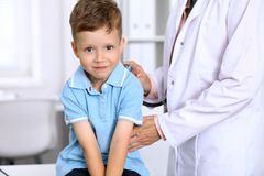Gelukkig onderzoekt weinig jongen die pret hebben terwijl is door arts door stethoscoop Gezondheidszorg, verzekering en hulpconce Royalty-vrije Stock Afbeeldingen