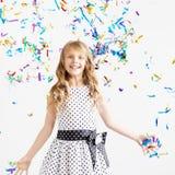 Gelukkig opgewekt het lachen jong geitje onder fonkelende confettiendouche royalty-vrije stock afbeelding