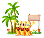 Gelukkig oranje monster drie voor lege houten signage Stock Foto's