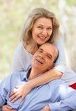 Gelukkig oud paar die elkaar koesteren Royalty-vrije Stock Foto's