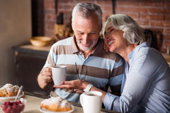 Gelukkig oud paar die koffie hebben samen stock fotografie