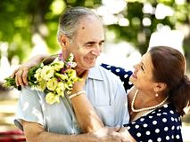 Gelukkig oud paar met bloem. Stock Afbeelding