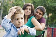 Gelukkig ouders en jong geitje stock fotografie