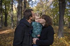 Gelukkig ouders en meisje stock foto's
