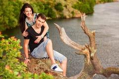 Gelukkig paar bij de rivier Stock Afbeelding