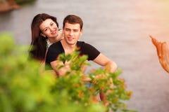 Gelukkig paar bij de rivier Stock Afbeeldingen