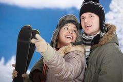 Gelukkig paar bij de winter Stock Afbeeldingen