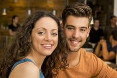 Gelukkig paar bij het restaurant Royalty-vrije Stock Fotografie