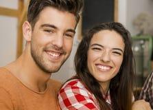 Gelukkig paar bij het restaurant Royalty-vrije Stock Afbeelding