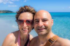 Gelukkig paar bij het strand stock afbeelding