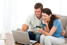 Gelukkig paar dat hun rekeningen online bekijkt Stock Foto's