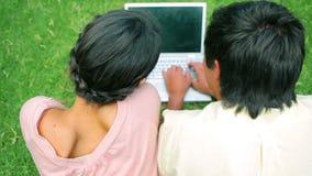 Gelukkig paar dat laptop met behulp van stock video