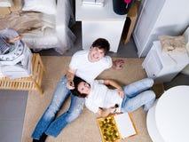 Gelukkig paar dat nieuw huis viert Royalty-vrije Stock Afbeelding