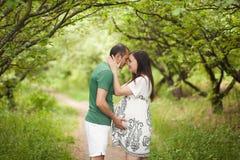 Gelukkig paar dat op baby wacht Stock Foto