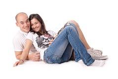 Gelukkig paar dat op de vloer wordt geïsoleerdd Stock Afbeeldingen