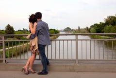 Gelukkig paar dat op een straat en het koesteren loopt Royalty-vrije Stock Foto