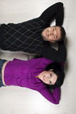 Gelukkig paar dat op vloer in hun nieuw huis ligt Royalty-vrije Stock Afbeelding