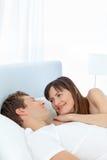 Gelukkig paar dat samen ligt Stock Foto