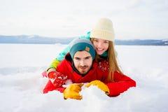 Gelukkig paar dat in sneeuw ligt royalty-vrije stock foto's