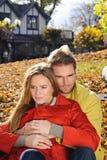 Gelukkig paar in de herfstpark Daling Jonge familie die pret hebben in openlucht Gele Bomen en Bladeren Lachende Man en Vrouw bui Stock Fotografie