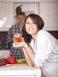 Gelukkig paar in de keuken Royalty-vrije Stock Afbeeldingen