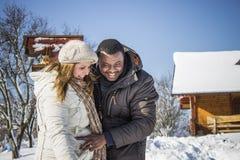 Gelukkig paar in de sneeuw Royalty-vrije Stock Afbeeldingen