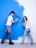 Gelukkig paar dichtbij de geschilderde muur Royalty-vrije Stock Foto