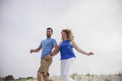 Gelukkig paar die aan strand lopen Stock Foto