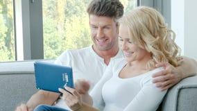 Gelukkig Paar die Aanrakingsstootkussen gebruiken stock videobeelden