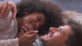 Gelukkig paar die in bed spreken stock video
