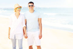 Gelukkig paar die bij het strand lopen Stock Afbeeldingen