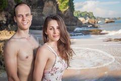 Gelukkig paar die bij het strand, overzeese mening lopen Het reizen in Bali Royalty-vrije Stock Fotografie