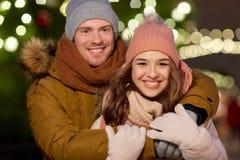 Gelukkig paar die bij Kerstmisboom koesteren Royalty-vrije Stock Afbeelding