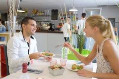 Gelukkig paar die bij restaurant eten stock fotografie