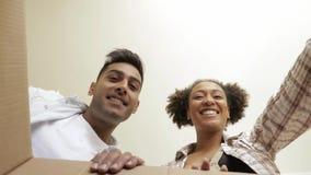 Gelukkig paar die binnen de doos POV kijken stock videobeelden