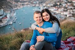 Gelukkig paar die de openlucht dichtbijgelegen Zwarte Zee zetten stock afbeelding