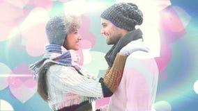 Gelukkig paar die in de winterkleren bij elkaar glimlachen stock video