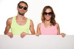 Gelukkig paar die een duidelijke raad houden royalty-vrije stock afbeeldingen