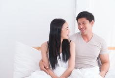 Gelukkig paar die elkaar op bed bekijken royalty-vrije stock fotografie