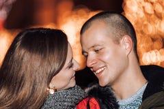 Gelukkig paar die en elkaar nacht omhelzen bekijken stock afbeelding