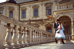 Gelukkig paar die en elkaar op oude ca als achtergrond koesteren glimlachen Royalty-vrije Stock Foto's