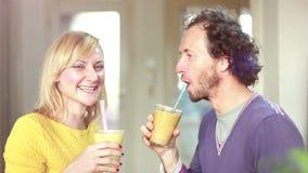 Gelukkig paar die en het drinken fruit smoothie roosteren stock video