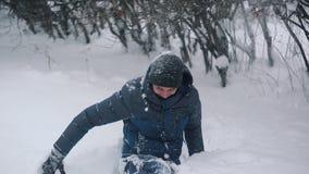 Gelukkig paar die en pret spelen hebben het sneeuwbos tijdens de wintervakantie stock videobeelden