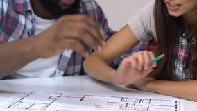 Gelukkig paar die flatproject bekijken die doel en ontwerp van ruimten bespreken stock footage