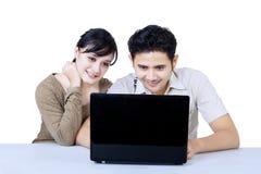 Gelukkig paar die geïsoleerd laptop bekijken - Royalty-vrije Stock Afbeeldingen